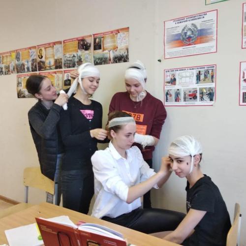 На уроке ОБЖ, преподаватель Сундукова Оксана Петровна
