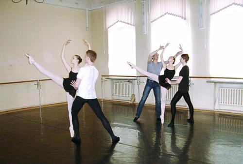 На уроке дуэтно - классического танца. Преподаватель - Кебец Д.А.