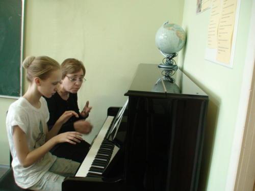 На уроке основ игры на музыкальном инструменте (фортепиано). Преподаватель - Мурадян Р.А.