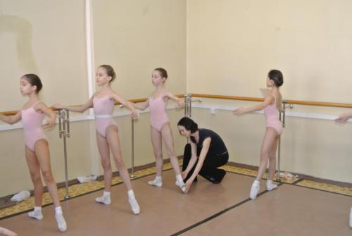 На уроке классического танца. Преподаватель - заслуженная артистка РФ Амирова К.Ш.