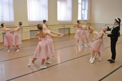На уроке историко - бытового танца. Преподаватель - Зуева К.Д.