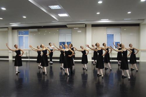 Народно-сценический танец.  Преподаватель Токарева Е.А.