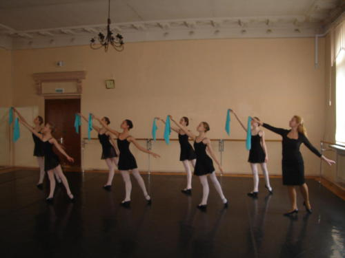 На уроке народно - сценического танца. Преподаватель Пашкова Т.В.