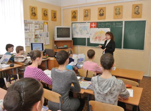 На уроке французского языка. Преподаватель - Азжаурова Л.А