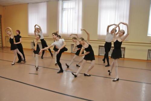 На уроке народно - сценического танца. Преподаватель - Токарева Е.А.